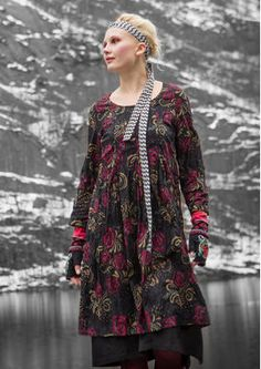 """Gudrun Sjödéns Winterschlussverkauf - Das gecrinkelte Kleid fällt dank der oberhalb der Taille angesetzten Kellerfalte besonders schön und besticht mit einem wunderbaren Rosenmuster. Kauft das reduzierte Kleid """"Mette"""" aus Öko-Baumwolle jetzt für nur 54,00 Euro anstatt 76,00 Euro. http://www.gudrunsjoeden.de/mode/produkte/kleider"""