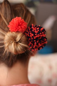 "hehe - for the occasional ""fun"" day - DIY Pompon Bonton Diy Pompon, Pom Pon, Pom Pom Crafts, Beautiful Figure, Mode Style, Diy Fashion, Hair Bows, Hair Scrunchies, Pom Pom Garland"