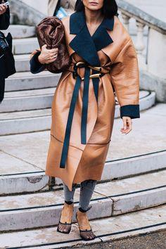 Street style: The best looks from Paris Fashion Week Spring/Summer 2020 | Vogue Paris Paris Winter Fashion, Winter Fashion Outfits, Warm Outfits, Fashion Week, Autumn Fashion, Fashion Trends, High Fashion, Street Style, Cool Street Fashion