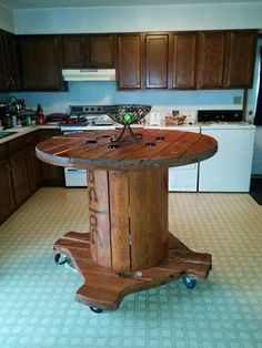 Creative Use of Recycled Pallet Cable Spools: These wooden pallet cable spools or reels can be easily obtained from industrial sites. These are actually reels Cable Spool Tables, Wooden Cable Spools, Wood Spool, Cable Spool Ideas, Wire Spool Tables, Spools For Tables, Repurposed Furniture, Pallet Furniture, Rustic Furniture