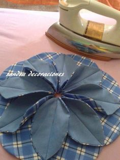 Ulla's Quilt World: Flower cushion cover, TUTORIAL for a flower - quilt Fabric Origami, Paper Crafts Origami, Blue Jean Quilts, Folded Fabric Ornaments, Sewing Crafts, Sewing Projects, Quilted Potholders, Applique Tutorial, Flower Quilts