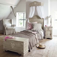 I definitely like these furniture Maisons Du Monde. They are so romantic, beautiful and delicate that I immediately fell in love :)