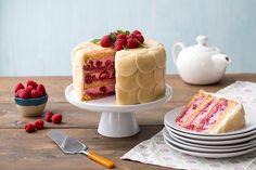 Marsipankake er fantastisk til fest! Her oppskrift på kake, gode tips til et vellykket marsipanlokk, og en kreativ måte å kle kaken med marsipan på.