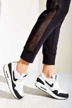 differently 23812 78ca8 Nike Air Max 1 Essential Sneaker - Urban Outfitters Ponerse, Zapatillas De  Deporte Aire Max