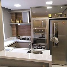 Cozinhas pequenas: 100 ideias de para aproveitar o Small Kitchens: 100 Decorating Ideas to Take Advantage of the Space Check out photos of nicely decorated, creative small kitchens that will help you make the most of every space available intelligently! Kitchen Room Design, Modern Kitchen Design, Home Decor Kitchen, Kitchen Interior, Apartment Kitchen, Bathtub Decor, Simple House Design, Diy Kitchen Storage, Paint Colors For Living Room