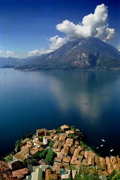 Lake Como, Italy// Wish I was there to see the sunrise and sunset What an awesome sight!