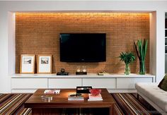 Você sabe qual é a altura ideal para sua TV? Com certeza alguma vez, você já se pegou pensando em que altura deixar sua Tv da sala, do Dorm,da cozinha, ou do ambiente em que vai se colocar a Tv. Quando se fecha um projeto com arquitetos e decoradores e o serviç o para acompanhar...