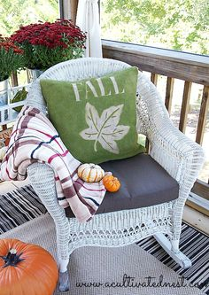You won't believe how easy it is to make this DIY Spray Painted Fall Burlap Pillow! What a great frugal fall decorating idea! Burlap Projects, Burlap Crafts, Fall Projects, Fall Pillows, Burlap Pillows, Burlap Curtains, Toss Pillows, Fall Home Decor, Autumn Home