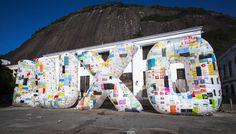 Luxo é Lixo / instalación efímera, hecha con 2.500 bolsas de plástico, para inspirar una reflexión sobre los hábitos de consumo.