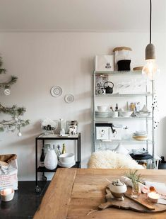 stellingkast in de keuken | shelving unit in the kitchen | vtwonen kerstspecial 2016 | photography: Jansje Klazinga | styling: Carolien Manning