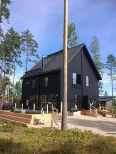 Realise a healthy and ecological Scandinavian style house with solid wood. Get inspired by contemporary designs and plan your dream home! Contemporary Style, Modern, Black Exterior, Plans, Log Homes, Scandinavian Style, Solid Wood, House Styles, Interior