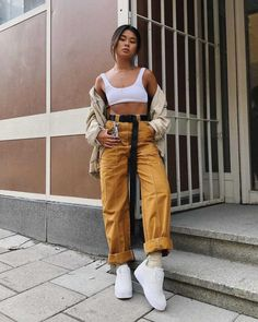 crop top outfits with high waisted jeans Chic Outfits, Trendy Outfits, Fashion Outfits, Tomboy Outfits, Casual Work Outfit Summer, Summer Outfits, Fashion 2020, Look Fashion, Queer Fashion