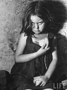 Barcelona, 1939. Niña madrileña hija de refugiados republicanos. La fotografía es de Margaret Bourke-White para la revista Life