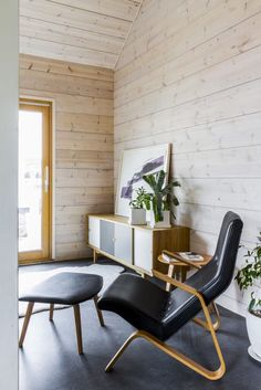 Realise a healthy and ecological Scandinavian style house with solid wood. Get inspired by contemporary designs and plan your dream home! Cabin Interiors, Wood Interiors, Eco Cabin, Scandinavian Home, Log Homes, Contemporary Design, House Design, Interior Design, Modern