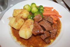 Sosekjøtt er en av mine barndoms favoritter. Min far laget det beste sosekjøttet <3 Mørt, deilig kjøtt med kjempegod saus, poteter og grønnsaker. En god gammel klassiker. Den er enkel og l… Pot Roast, Food And Drink, Beef, Board, Ethnic Recipes, Carne Asada, Meat, Roast Beef, Planks