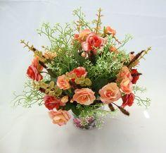 Arranjo com rosas de cor Salmon degradê , com um leve brilho, galhos de Mosquitinho branco, folhagens , musgus, vaso em metal decorado. Para alegrar qualquer ambiente com este arranjo pode ser , quarto, escritório, lavabo... R$ 75,99