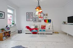 The beautiful Swedish apartment, displaying a cheerful overall decor and inspiring color additions is located in Gothenburg, Sweden. With a total surface of 70 square meters, the place exhibits a good layout and tall ceilings, giving the impression of space.