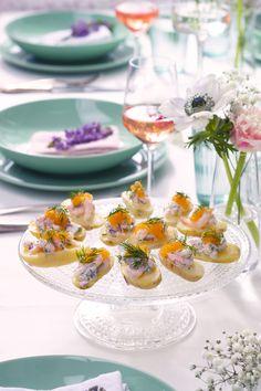 Annabelle-perunat sopivat muotonsa puolesta sormisyötäviksi. Lisäksi ne kestävät hyvin keittämisen ja pysyvät kasassa. Tarjoile perunat sitruunaisen skagenröran kera. Skagen, Starters, Tapas, Table Decorations, Finger Food, Dinner Table Decorations