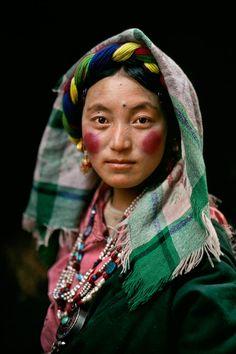 Tibet - photo prise par Steve McCurry - Célèbre photographe né le 24 février 1950 à Philadelphie, dans l'État de Pennsylvanie, États-Unis - est un photographe américain Membre de l'Agence Magnum depuis 1986, à la recherche de ce qu'il appelle « l'inattendu, le moment du hasard maîtrisé, qui permet de découvrir par accident des choses intéressantes que l'on ne cherchait pas. » Il est très connu pour sa photographie en couleur très évocatrice, dans la tradition du reportage documentaire.