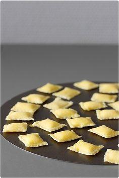 Je vous présente la recette des raviolis avec l'accessoire adapté à la machine, en images.