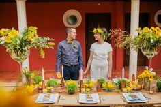 Nos mariés et leur table d'honneur avec une décoration bucolique.