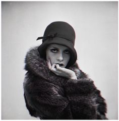 That's Twiggy in a cloche.The cloche hat is a fitted, bell-shaped hat for women that was invented by milliner Caroline Reboux in became especially popular during the Vintage Fur, Mode Vintage, Vintage Beauty, Vintage Glamour, Vintage Style, Vintage Winter, Retro Style, Vintage Black, Vintage Photos