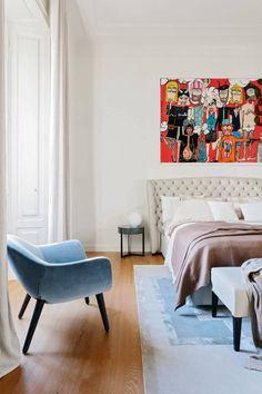 Apartamento em Milão - Nomade Architettura - Decoração Contemporânea - Contemporary Style - Estilo Contemporâneo -  Piso De Madeira - Quarto de Casal - Decoração de Quarto de Casal - Cabeceira Capitonê - Cabeceira - Cama de Casal - Poltrona Azul - Pé Palito - #BlogDecostore