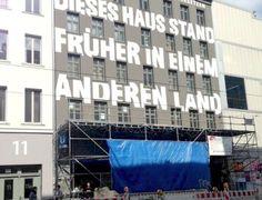 Streetart, Berlin, Brunnenstraße, Nähe der Berliner Mauer. »Dieses Haus stand früher in einem anderen Land«