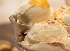Taça de sorvete com gengibre e farofa crocante de nozes