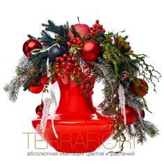 Товары TerraFiori ®  Еловые ветки, сосульки, красные шары, яблоки и ягоды добавят в любой интерьер новогоднее настроение. Композиция в красных тонах 10 000 руб.