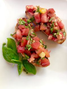 Jemy Pijemy : Bruschetta pomidorowa prosty przepis Bruschetta, Mozzarella, Salsa, Food And Drink, Impreza, Ethnic Recipes, Salsa Music
