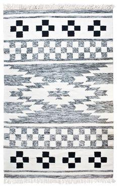 Trendhopper ● Karpet Wool is 170 x 240 cm en heeft een Scandinavisch grafisch patroon in de kleuren zwart, wit en grijs.