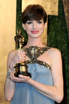 Anne Hathaway Photos - Actress Anne Hathaway arrives at the 2013 Vanity Fair Oscar Party hosted by Graydon Carter at Sunset Tower on February 24, 2013 in West Hollywood, California. - 2013 Vanity Fair Oscar Party Hosted By Graydon Carter - Arrivals