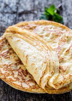 Homemade crepes - Learn how to make crepes from scratch! Serve these with your favorite fruit preserves, nutella, or simply dust them with powdered sugar! Video as well. Breakfast Crepes, Breakfast Time, Mexican Breakfast, Breakfast Sandwiches, Breakfast Bowls, Crapes Recipe, Homemade Crepes, Easy Crepe Recipe, How To Make Crepe