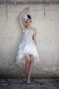 http://www.lemienozze.it/gallerie/foto-abiti-da-sposa/img31162.html Abito da sposa corto con corpetto prezioso e gonna in macro-petali