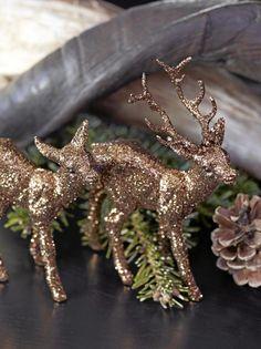 Glitrende reinsdyr, granbar og kongler er alt som skal til for å skape den riktige julestemningen. Styling: Tone Kroken.