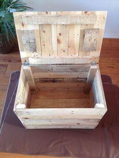 Outra grande ideiapara reaproveitar madeiras de paletes é montar caixas e baús para armazenar qualquer coisa. São de grande utilidade e dão um toque especial em cada ambiente. Confira alguns exemp…
