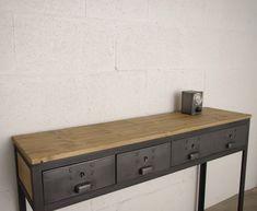 Console Fabriquée dans notre atelier. Récupération d'anciens tiroirs industriels intégrés dans une structure en acier. Plateau et cotés en épicéa teinté et verni mat