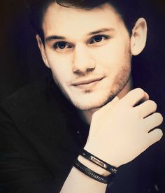 Jeremy Irvine Just look at that eyes