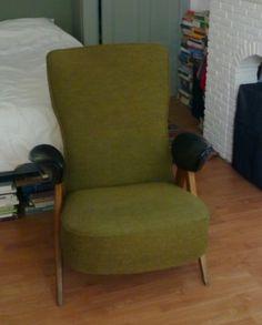 Mooie, zeldzame Artifort design fauteuil van Theo Ruth uit de jaren '50. Houten frame, groene bekleding en de armleggers bekleed met zwarte skai. Alles in goede vintage staat.     Afmetingen: B 78 x D 88 x zithoogte 42, zitdiepte 43, rugleuning hoogte 90 cm.     De vormgeving van deze stoel is zeer speciaal, en lijkt op Ruth's fauteuils Congo en Pinguin. Een absolute musthave voor de designliefhebber!    Prijs: 475 euro
