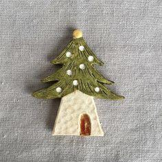 【nassun_】さんのInstagramをピンしています。 《ささやかながら、minne本デビューさせていただきました♪ 私としては冬物だった ツリーのおうち2ですが、特集の森アイテムに馴染んでいます。 #nassun #ナッスン #ブローチ #陶器 #雑貨 #minne #creema #iichi #森 #ツリー #tree #minneの森 #二階堂ふみ #ミンネ本》