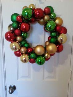 Julekrans med kleshenger og julekuler - Connoisseur of Creativity: DIY Ornament Wreath Christmas Ornament Wreath, Christmas Wreaths, Christmas Crafts, Christmas Bulbs, Christmas Decorations, Christmas Foods, All You Need Is, Texas Crafts, Diy Weihnachten