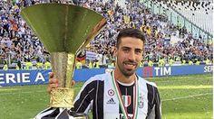 Sami Khedira mit  italienischen Pokal