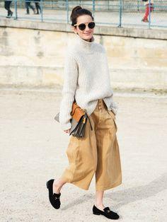 Wereinen Strickpulli in einem soften Naturton mit einem aktuell angesagten Kleidungsstück wie einer Culotte mixt, hat ein Outfit, das lässig, gemütlich und gleichzeitig superhip aussieht. Einfach ein super Streetstyle.