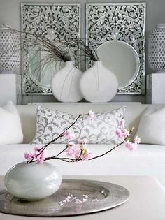 Een enkele kleur in een overwegend wit interieur. Mooi van eenvoud.
