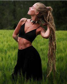 <3 : emblo instagram.com/emblo #hippiestyle #bohostyle #hippiechic #bohochic #hippieoutfit #hippieshop #ethnicwear #hippieaccessories #bohemianstuff Dreadlock Hairstyles, Messy Hairstyles, Raves, Pretty People, Beautiful People, Alternative Fashion Indie, Dreadlocks Girl, Hippie Hair, Hippie Men