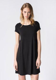 Das luftig, weiche Jersey-Kleid punktet mit einem femininen U-Boot-Ausschnitt, Web-Details an Vorder- und Rückpasse und an dem hinteren Saum, Seitenschlitze sowie den bezaubernden Raffungen an der seitlichen Taille. Aus 76% Viskose, 16% Wolle und 8% Elastan....