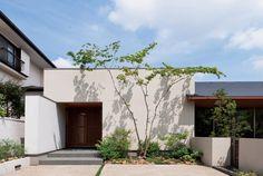 道路に面する部分は、白い箱形のデザインに White Exterior Houses, Modern Exterior, White Houses, Interior And Exterior, Facade Design, Exterior Design, House Design, Japanese Architecture, House Extensions