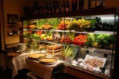 Vitrina de La Campana, considerado el restaurante más antiguo de Roma.