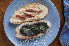 Leckere Olivenpaste und selbstgemachtes Baguette. Hier geht's zum Rezept.